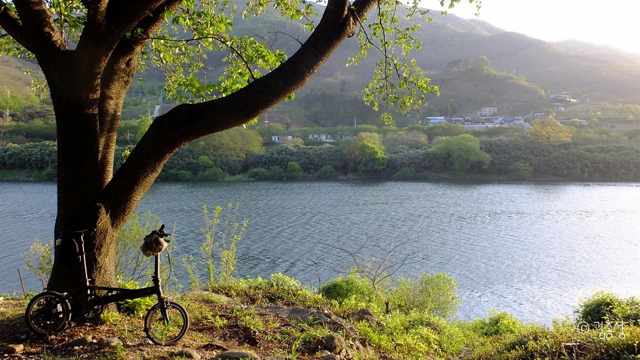 사람에게 위안과 잊기 힘든 풍경을 선사하는 섬진강