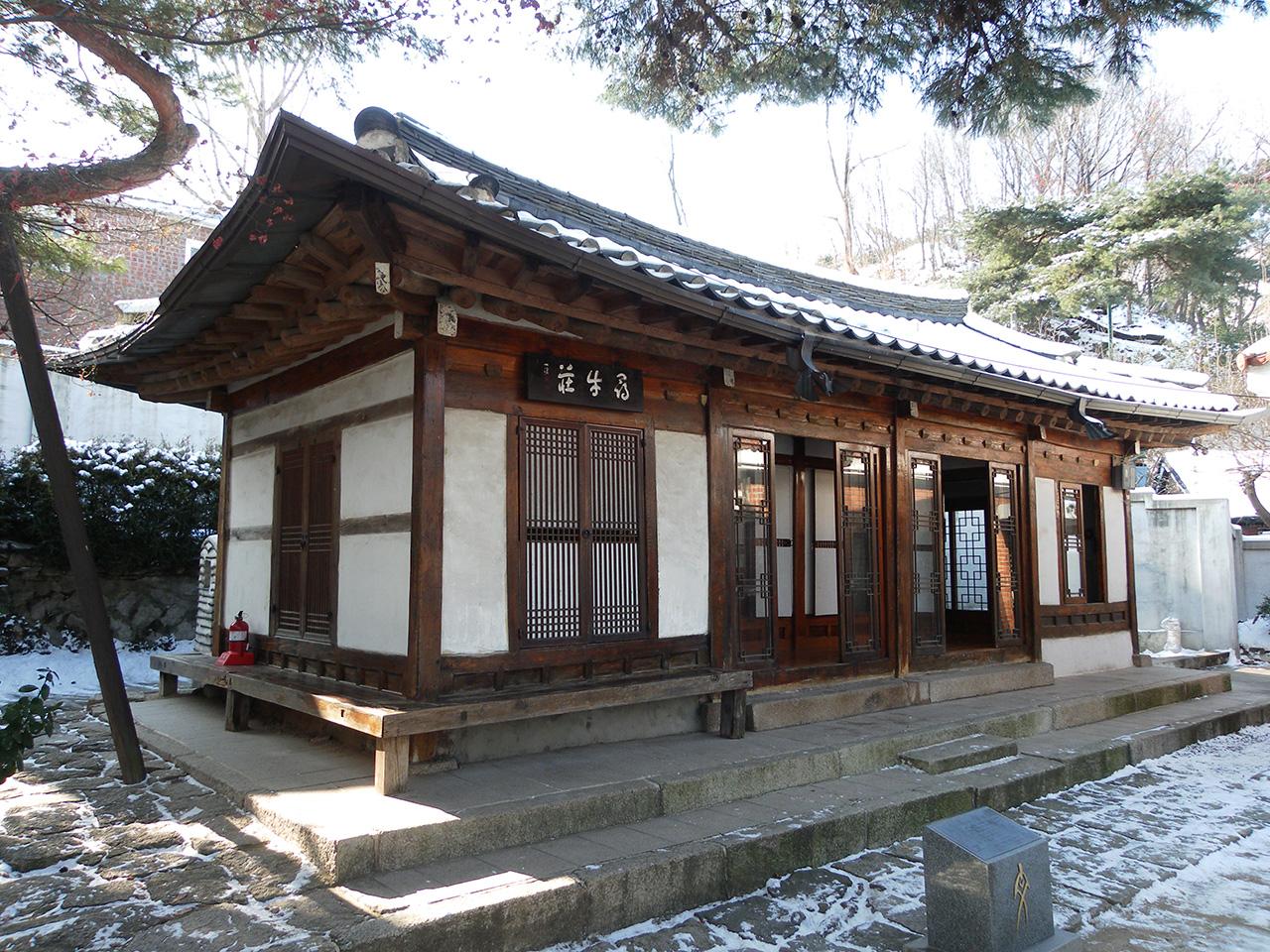 심우장. 서울 성북동에 있는 한용운의 집. 겨울에 찍은 사진이라 눈이 널려 있다.
