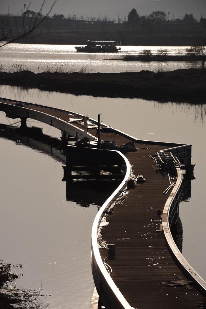 달성군의 탐방로 옆으로 유람선이 떠간다. 이것이 대구 달성군이 4대강사업으로 만신창이가 된 낙동강에서 행하고 있는 관광사업의 현주소다.