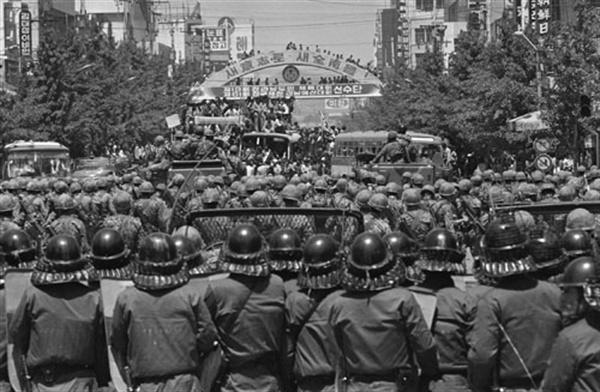 5·18민중항쟁 당시 시위대와 대치하고 있는 계엄군.<5·18기념재단 제공>