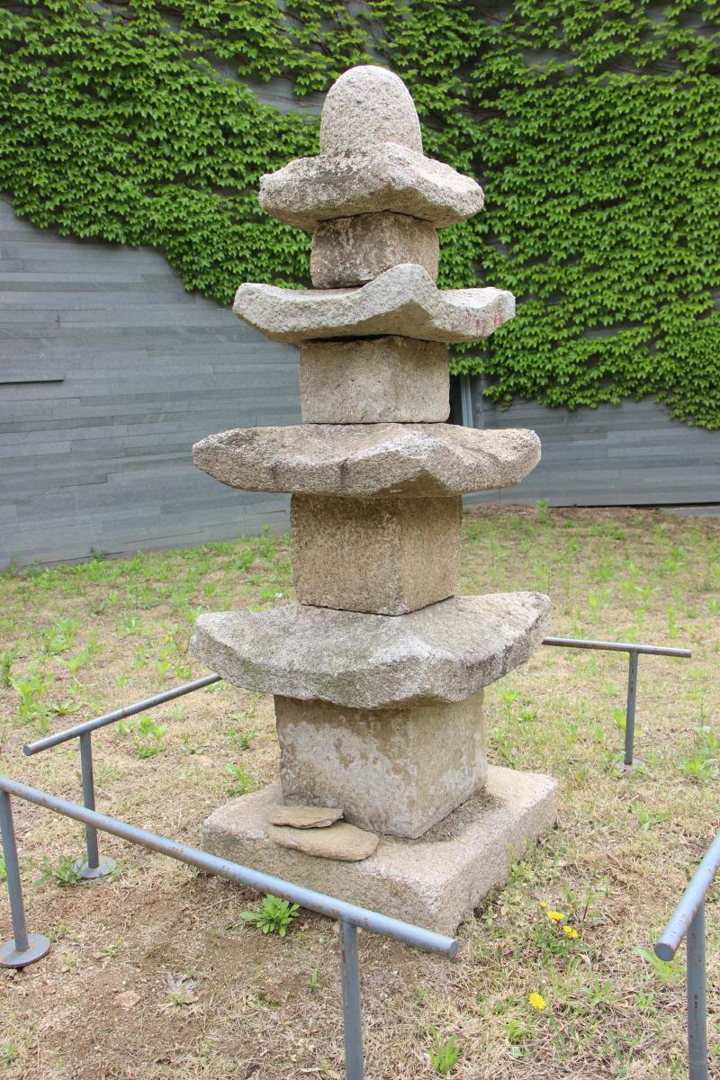 화강석으로 만든 석물(3층석탑)