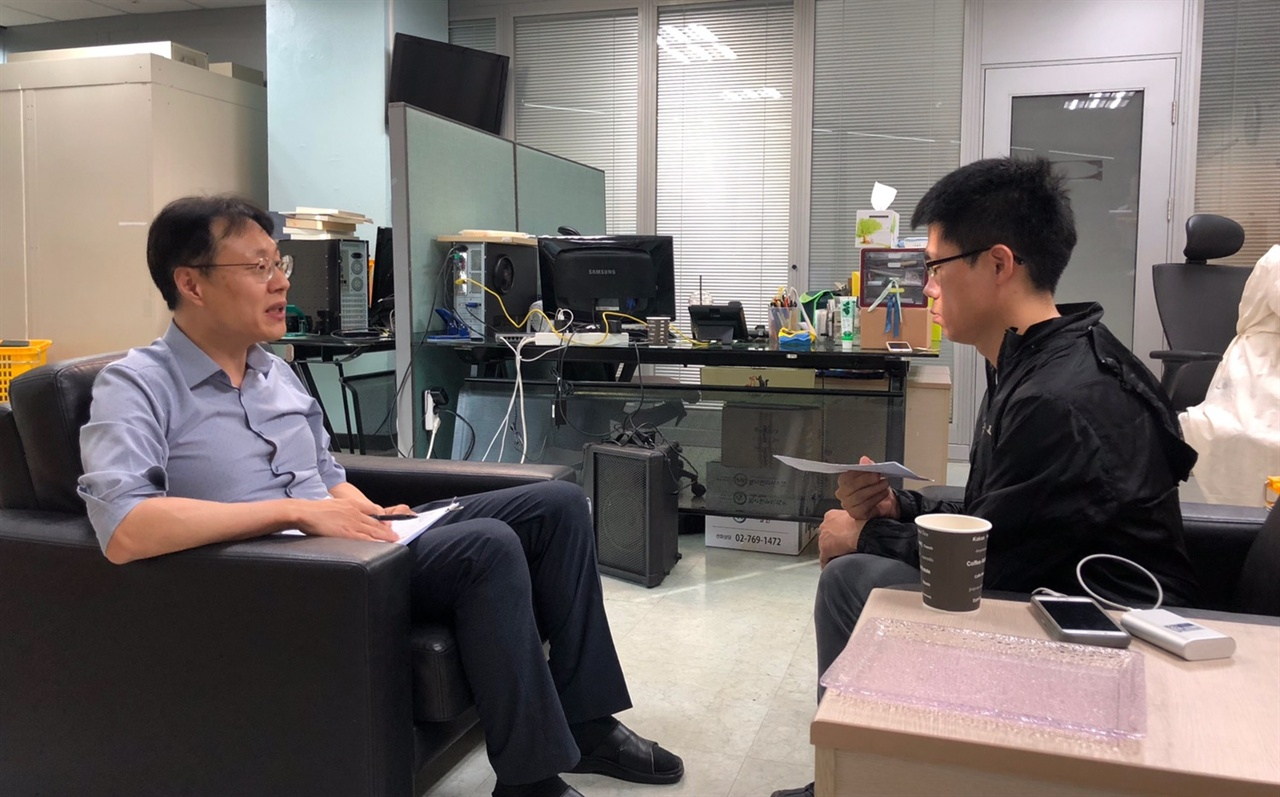 김태선 KBS 통합 뉴스룸 국장이 <오마이뉴수<와 인터뷰 하고  있더