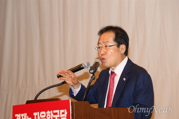 홍준표 자유한국당 대표가 11일 오후 대구시 동구 대구텍스타일콤플렉스에서 열린 필승결의대회에서 오는 6우러 12일 열리는 북미정상회담을 문재인정부가 사정해 열리게 됐다고 주장했다.