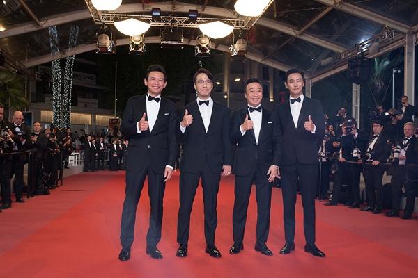 영화 <공작>의 공식 상영이 진행되기 전 배우들은 레드카펫 행사를 가졌다.