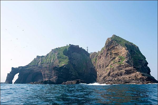 왼쪽에 독립문바위가 보이고 오른쪽 큰 바위와 독립문 바위 사이에 한반도 를 닮은 한반도바위가 보인다
