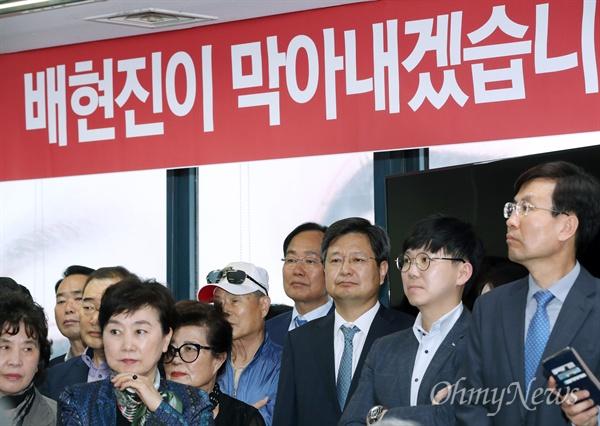 배현진 선거사무소 개소식에 등장한 김장겸 김장겸 전 MBC 사장이 13일 오후 서울 송파구에서 열린 자유한국당 배현진 송파을 후보의 선거사무소 개소식에 참석해 눈길을 끌고 있다.