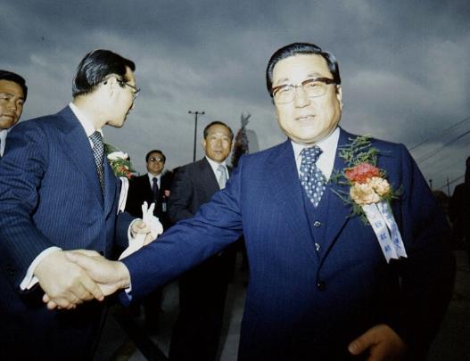 1971년 당시의 조중훈 회장(오른쪽). 김종필 국무총리와 손을 잡은 모습.