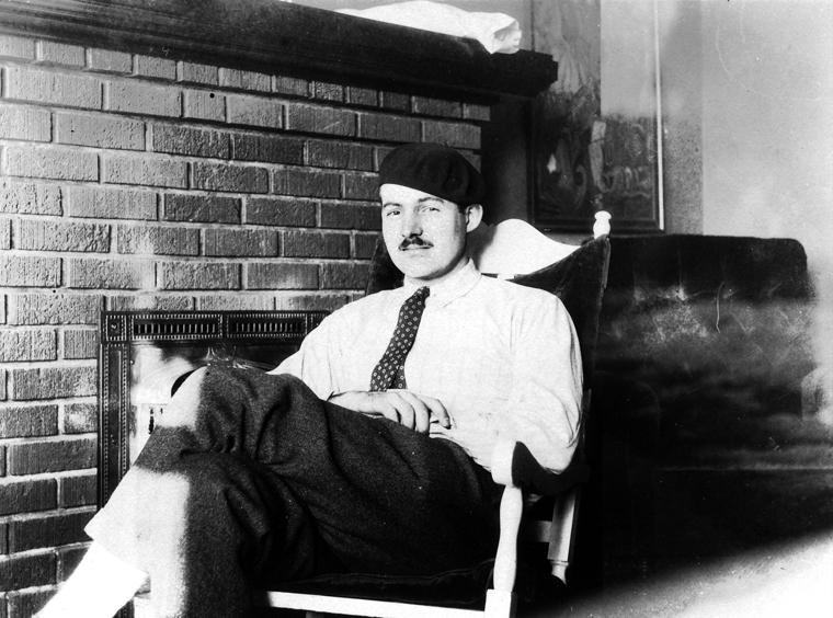 어니스트 헤밍웨이 스타인 살롱을 자주 출입하던 1924년경의 헤밍웨이.