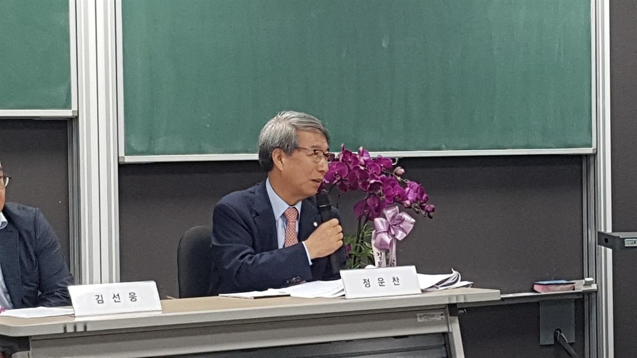 마이크 잡은 정운찬 KBO 커미셔너 지난 12일 경희대학교 이과대학에서 열린 2018 한국야구학회 봄 학술대회 대담에서 자신의 의견을 밝히고 있다.