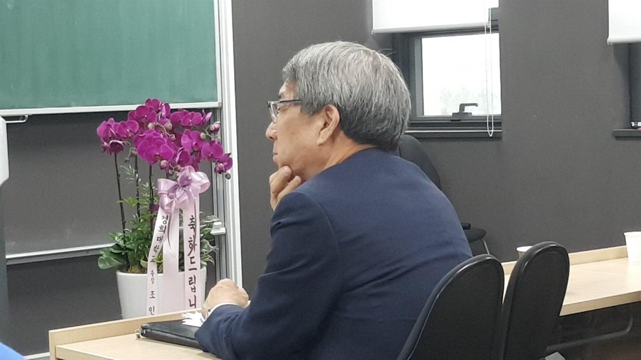 강연 듣고 있는 정운찬 KBO 커미셔너 지난 12일 경희대학교 이과대학에서 열린 2018 한국야구학회 봄 학술대회에서 정운찬 KBO 커미셔너가 강연을 듣고 있다.