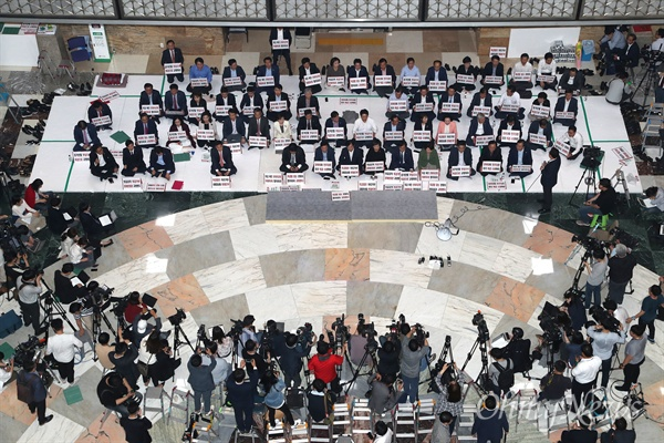 본회의 막고 있는 자유한국당 14일 오후 6.13 지방선거에 출마할 의원들이 제출한 사직안 처리를 위한 '원포인트 본회의'에 반대하는 자유한국당 의원들이 본회의장 입구를 막고 본회의 개의를 저지하고 있다.