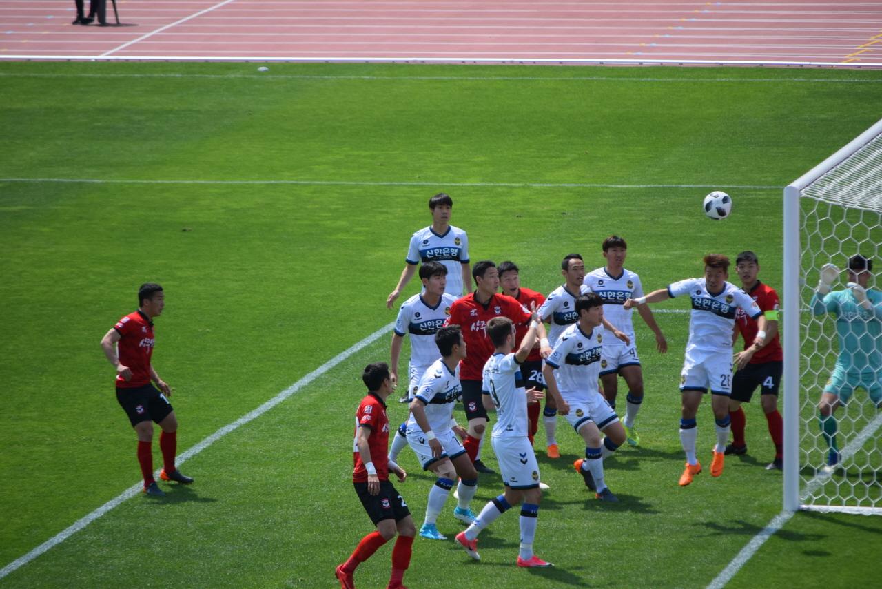 6분, 홍철이 왼발로 감아찬 코너킥이 그대로 인천 유나이티드 골문으로 빨려들어가는 순간