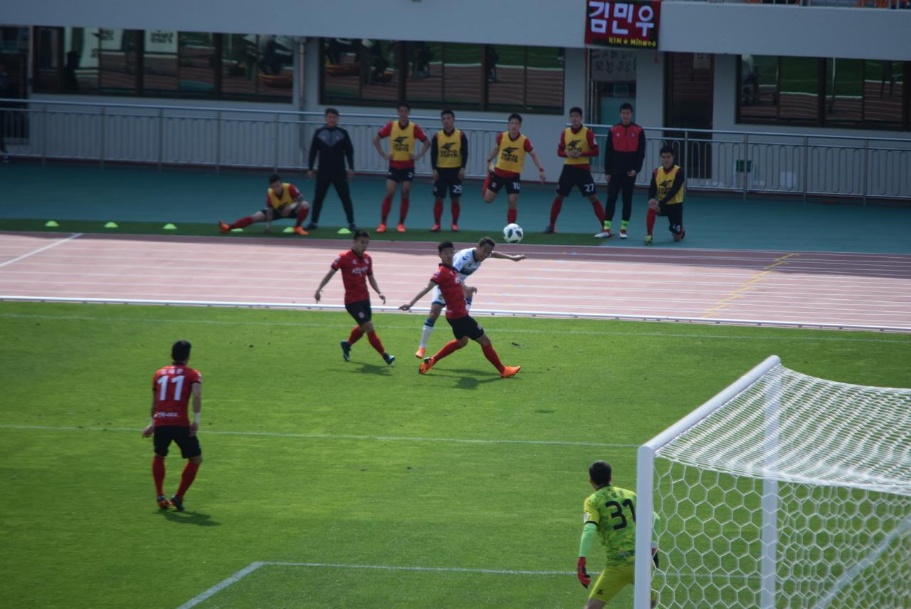 58분, 인천 유나이티드 문선민이 까다로운 각도에서 왼발 크로스로 이윤표의 헤더 만회골을 돕는 순간