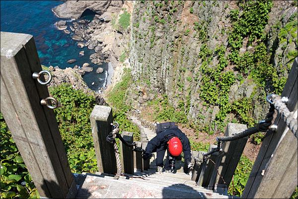 안동립 대표가 물골로 내려가는 계단 옆으로 주상절리형 바위가 보인다. 주상절리는 침식에 약하다