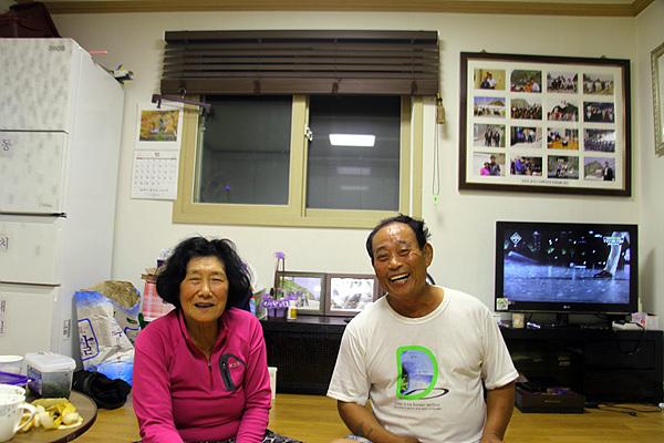 김성도씨 부부 모습으로 안동립 대표는 김성도씨 집에서 14년간 80일 동안 먹고 자며 지도제작과 독도지킴이 역할을 했다