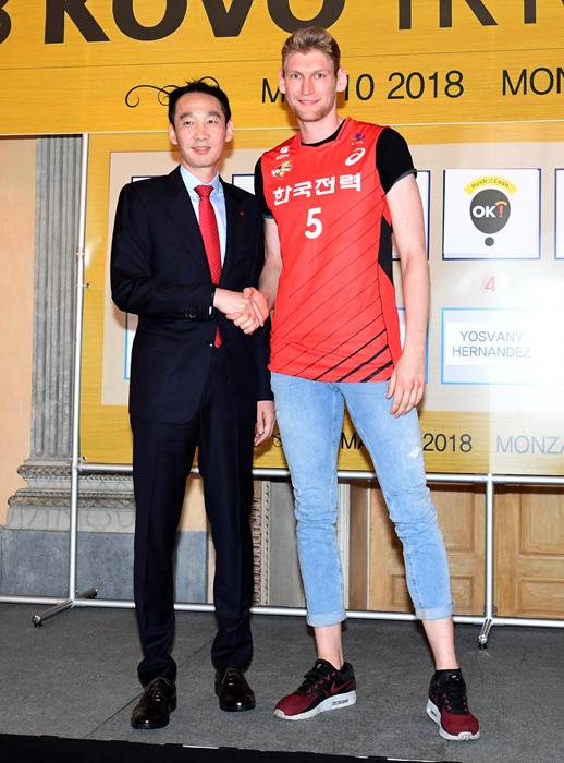 한국전력의 지명을 받은 사이먼 독일 출신의 사이먼은 한국전력에서 선수 생활을 하게 된다.