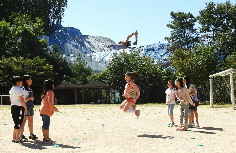 초등학교 앞산에 건축중인 A사 연구소.