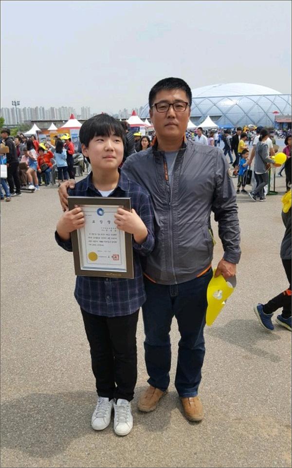 지난5일 아들의 인천시장 선행표창에 함께 한 한영탁씨.