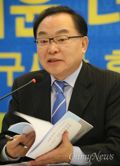 임대윤 더불어민주당 대구시장 예비후보가 15일 오전 대구수성호텔에서 대구경북언론인모임인 '아시아포럼21' 주최 토론회에서 발언하고 있다.