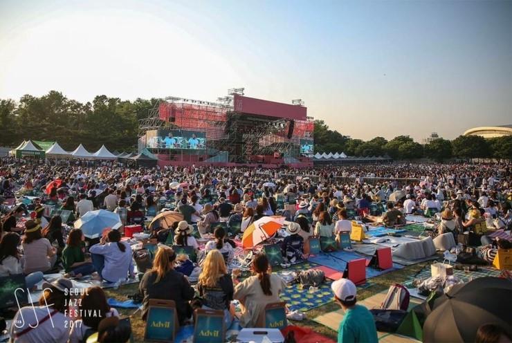 지난해 열린 2017 서울재즈페스티벌 현장을 가득 메운 관객들 ( https://www.facebook.com/seouljazzfestival/ )