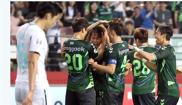 전북 8강 진출 15일 전주월드컵경기장에서 열린 아시아챔피언스리그(AFC) 16강전. 전북과 태국 부리람 경기에서 이재성이 프리킥 골을 넣고 동료들 축하를 받고 있다.