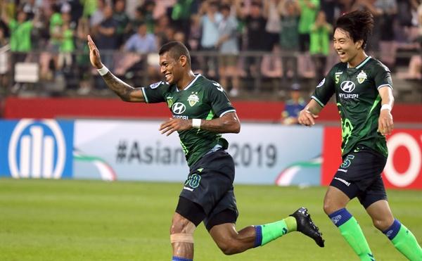 로페즈 첫골 15일 전주월드컵경기장에서 열린 아시아챔피언스리그(AFC) 16강전. 전북 로페즈가 태국 부리람에 첫 골을 넣고 임선영의 축하를 받고 있다.