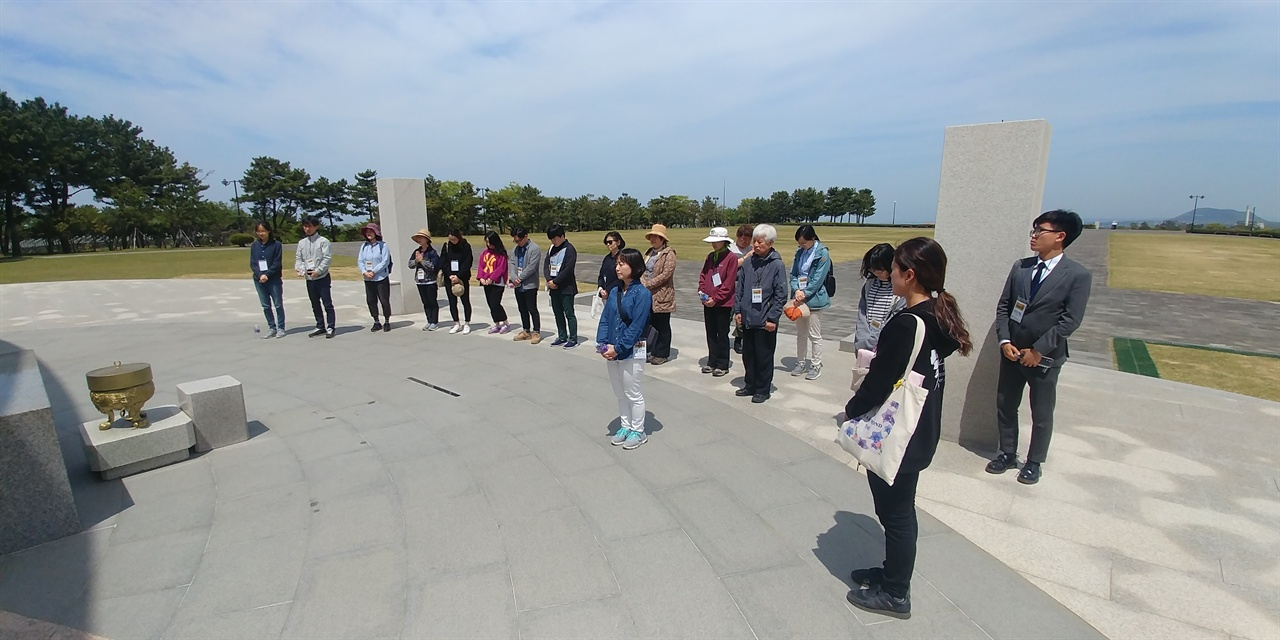 4·3평화공원 위령제단에서 참배 하는 역사기행 참가자