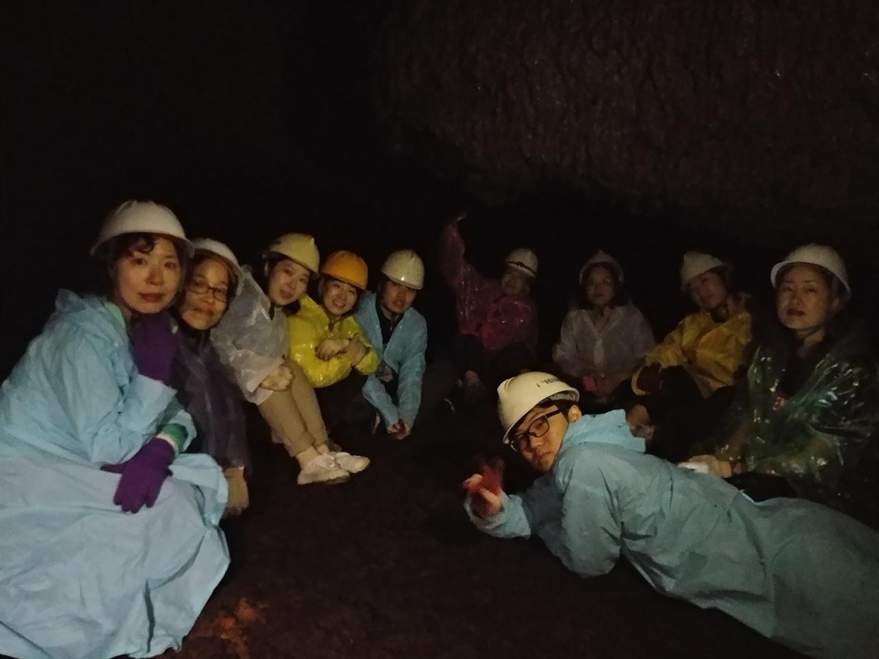 동광리 큰넓궤 끝. 손전등을 끄고 어둠과 정적이 흐르는 동굴에서 당시 주민들의 삶을 떠올려보았다.