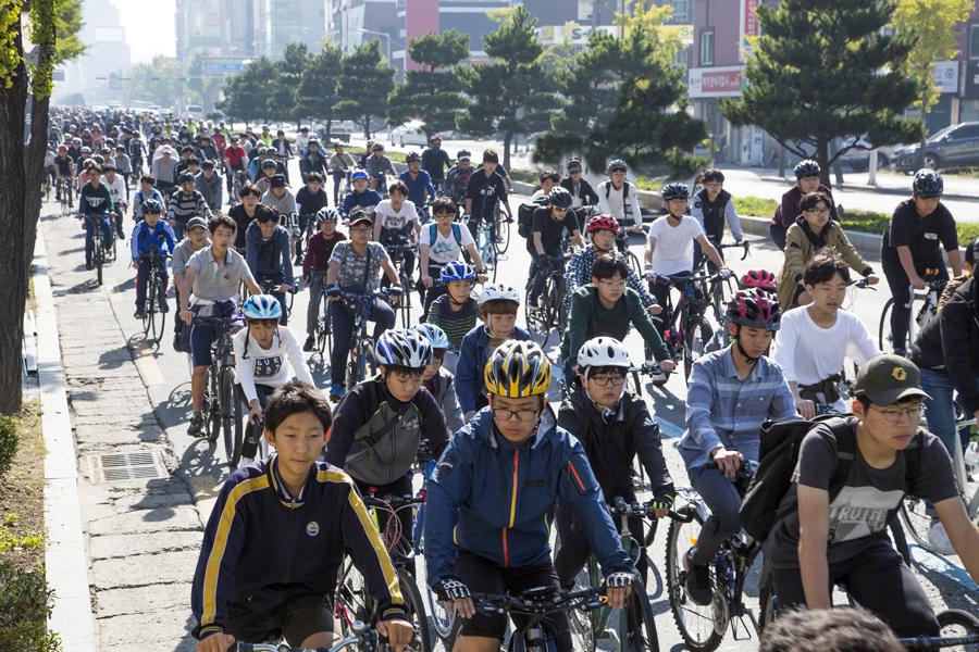 2017년 10월 전주 시민 자전거 대행진 전주시에서는 자전거 이용 활성화를 위해 4월부터 11월까지 한 달에 한 차례가량 자전거 행진을 진행한다. 지난해 10월에 열린 이 행진에는 1500명 가량의 시민이 참여한바 있다.