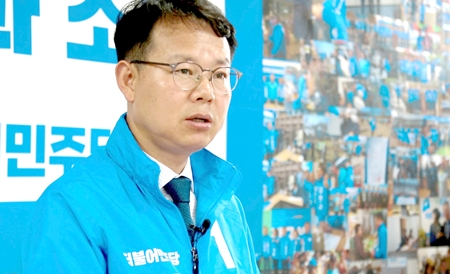 인터뷰 중인 갈상돈 더불어민주당 진주시장 후보