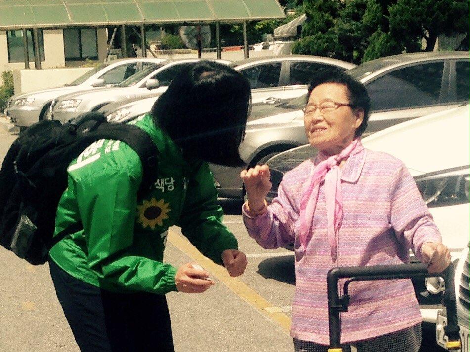 경로당 가시는 길이세요? 한진희씨가 인사드리자 할머니께서 반갑게 인사를 받아주셨다.