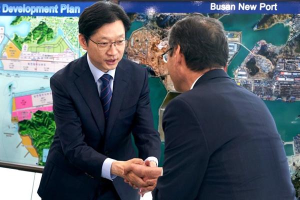 더불어민주당 김경수 경남지사 후보는 16일 부산진해신항을 찾았다.