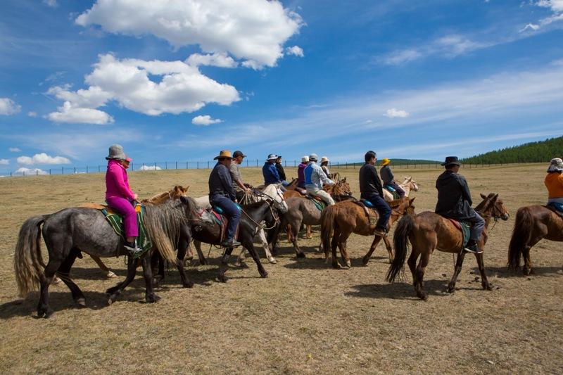 몽골 관광지에서는 말에 오른 관광객들을 자주 보게 된다.