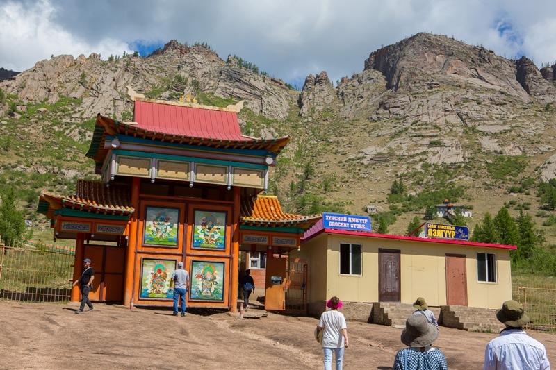 깎아지른 바위산 아래 위치한 몽골의 전통사원.