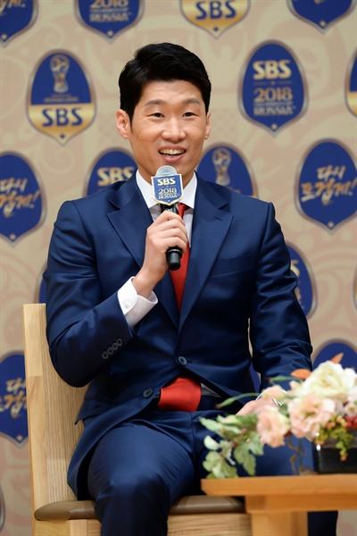 박지성 전 축구선수가 16일 오후 서울 양천구 목동 SBS 사옥에서 진행된 기자간담회에 참석해 기자들의 질문에 답하고 있다.