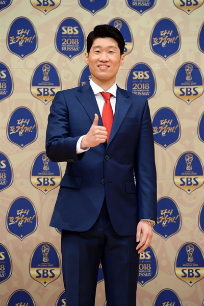 박지성 전 선수가 16일 오후 서울 양천구 목동 SBS 사옥에서 진행된 기자간담회에 참석해 카메라를 향해 포즈를 취하고 있다.