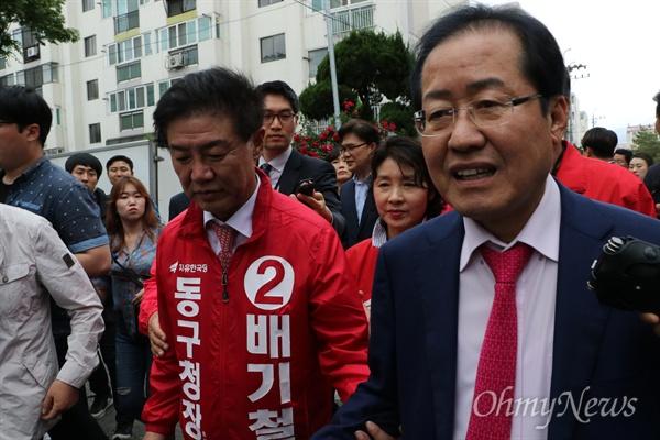 홍준표 자유한국당 대표가 16일 오후 대구시 동구 신기동 반야월시장을 찾아 상인들을 만났다.