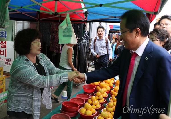 홍준표 자유한국당 대표가 16일 오후 대구시 동구 반야월시장을 찾아 상인들과 악수를 하고 있다.