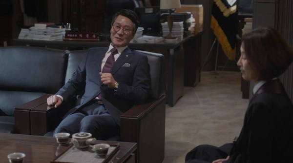 tvN 드라마 <무법변호사>의 한 장면