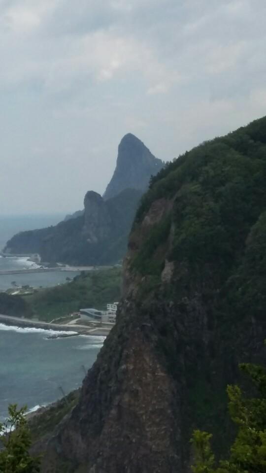 해변의 한 풍경 해변도로를 달리며 계속 만나게 되는 높은 기암절벽들