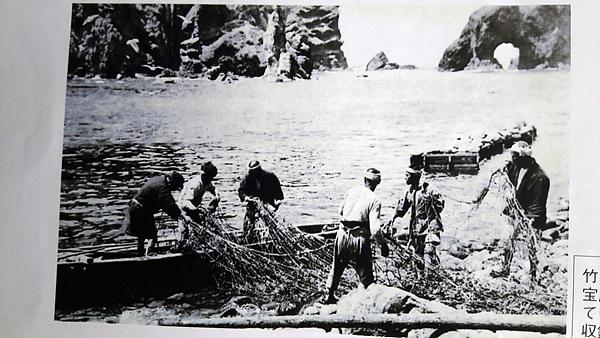 독도에서 조업 중인 일본 어부들 모습. 뒤에 삼형제굴바위가 보인다.
