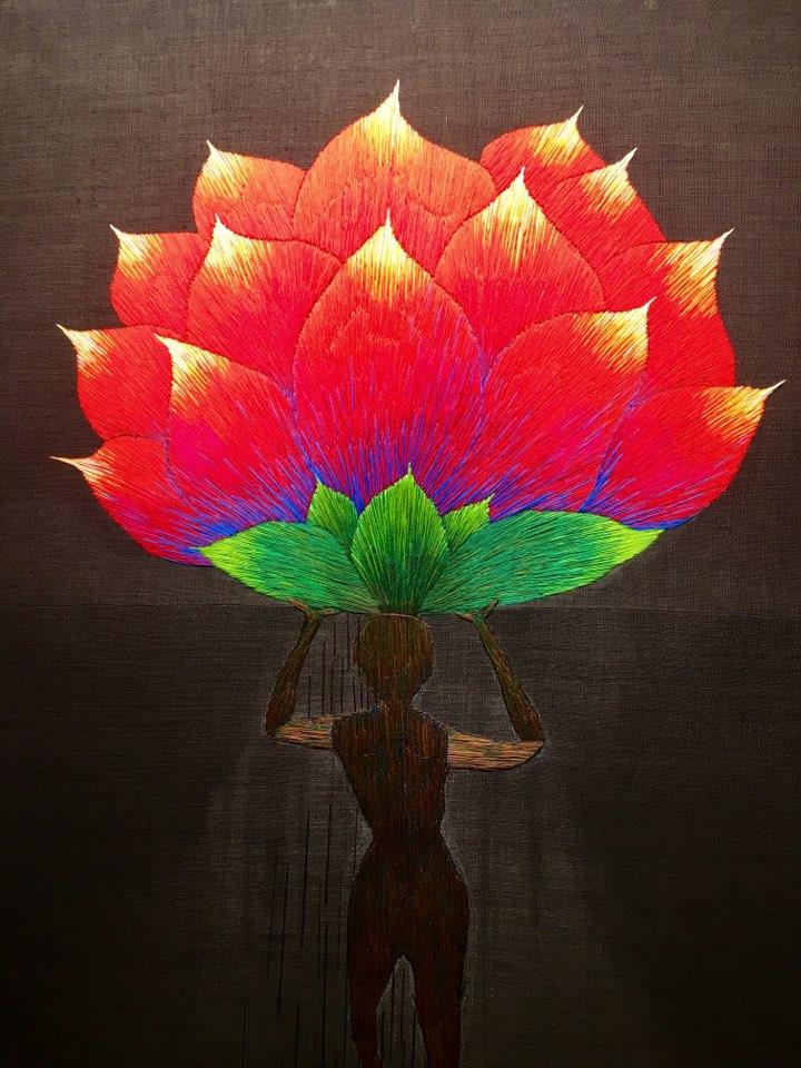 꽃을 이다  큰 꽃을 머리에 이고 가는 사람.