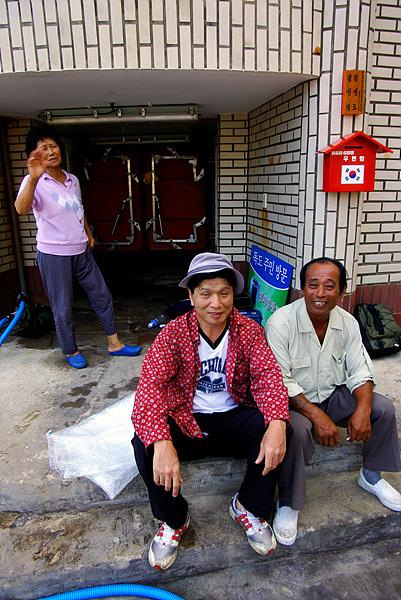 김성도씨 집 앞에서 동아지도 안동립 대표가 김성도씨 부부와 함께 찍은 사진. 뒤에 김성도씨 부인 김신열씨가 보인다.