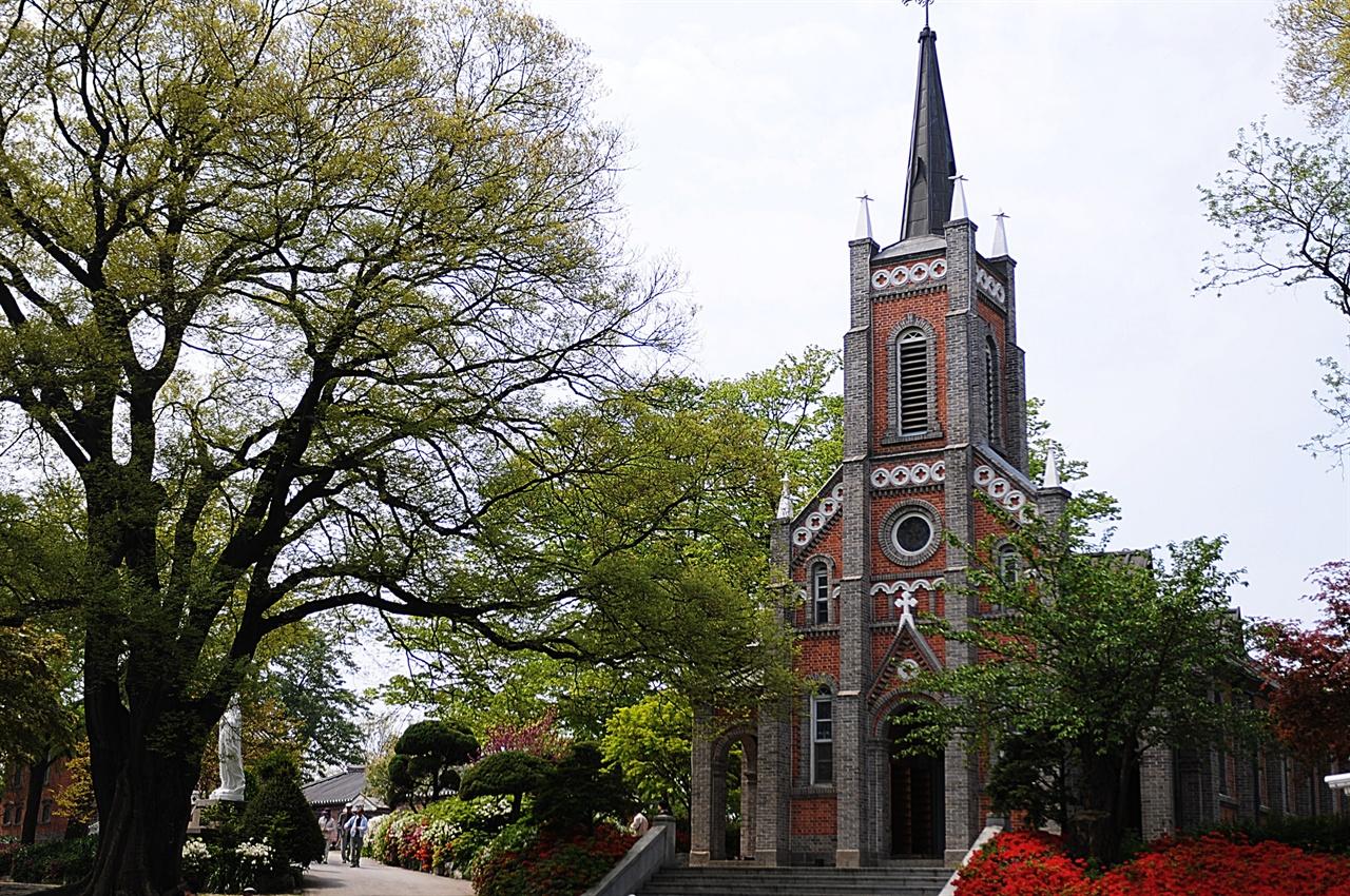공세리 성당  고딕 양식의 분위기 있는 성당으로, 과거 드라마, 영화 촬영지로 각광받았다.