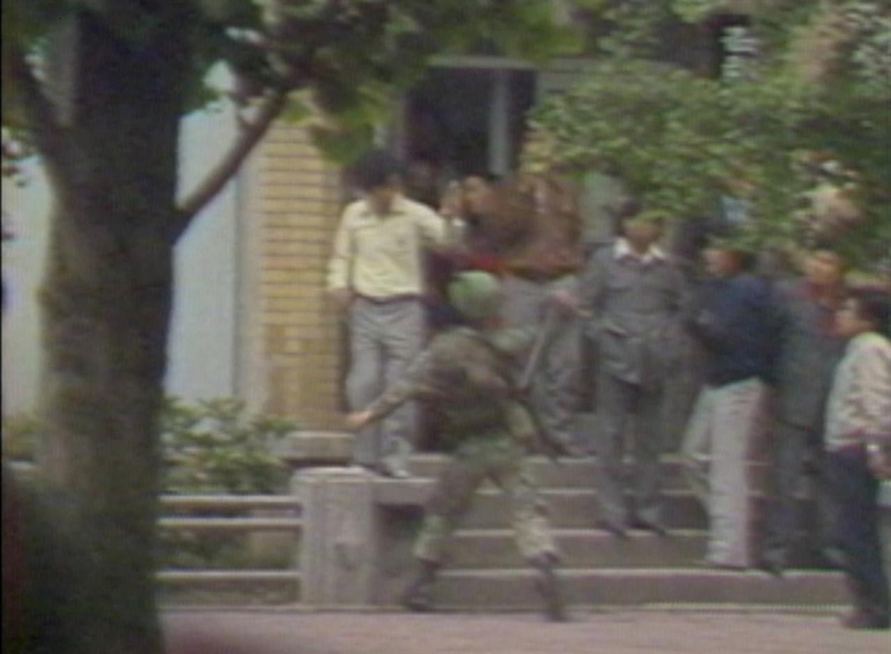 영화 <5.18 힌츠페터 스토리>의 한 장면. 근남로에서 가만히 서있던 시민에게 곤봉을 휘두루는 공수부대
