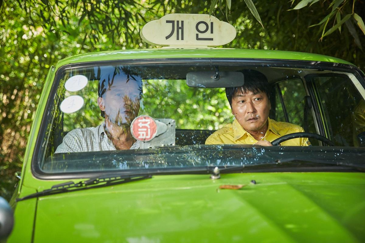 영화 <택시운전사>의 스틸컷. 택시기사 김만섭(송강호)은 독일 기자 위르겐 힌츠페터를 태우고 광주로 향한다.