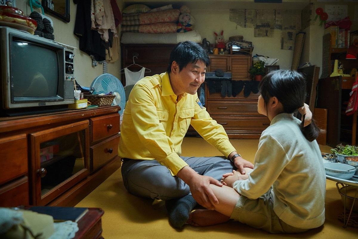 영화 <택시운전사>의 스틸컷. 택시기사 김만섭(송강호)은 아내와 사별하고 단칸방에서 딸 은정과 함께 산다. 은정은 그에게 삶의 의미이자 희망이다.