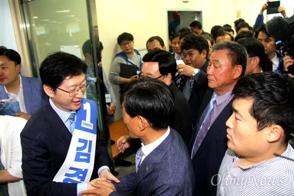 더불어민주당 김경수 경남도지사 예비후보는 17일 오후 선거사무소 개소식을 열면서 참가자들한테 인사를 하고 있다.
