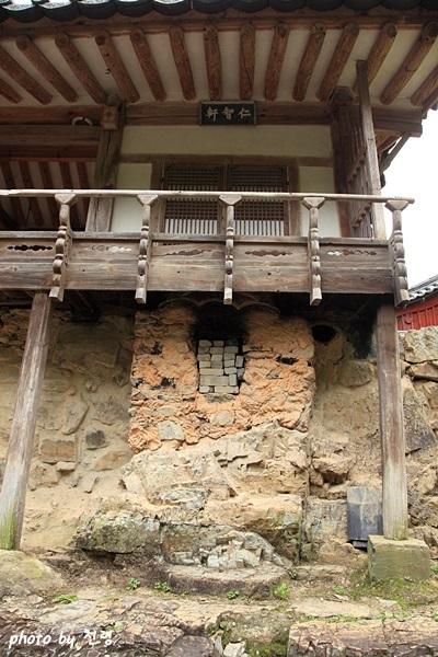 계정의 아궁이 계곡에서 보면 계정 마루 아래 벽에 아궁이와 굴뚝이 보인다. 허공에 매달린 아궁이와 굴뚝은 아주 독특한 발상이다.