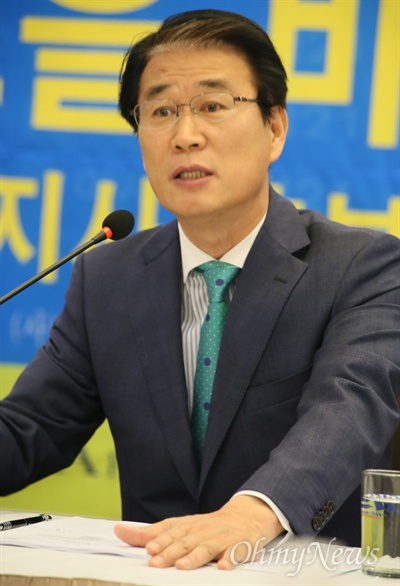 권오을 바른미래당 경북도지사 예비후보가 17일 대구수성호텔에서 아시아포럼21 주최 정책토론회에 참석해 발언을 하고 있다.